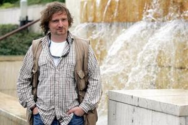 Investigatívny novinár Janek Kroupa pracoval od roku 1996 v TV Nova. Neskôr pôsobil v investigatívnom oddelení denníka MF Dnes, od februára 2014 nastúpil  do Českého rozhlasu. Je autorom viacerých kníh a scenárov a držiteľom niekoľkých novinárskych cien.