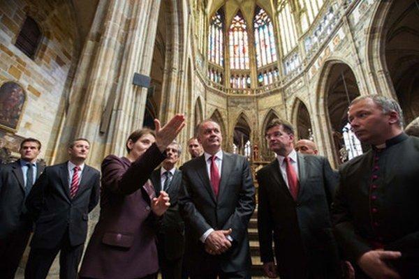 Prezident Andrej Kiska a minister zahraničných vecí Miroslav Lajčák počas prehliadky Katedrály sv. Víta, Václava a Vojtecha v Prahe.