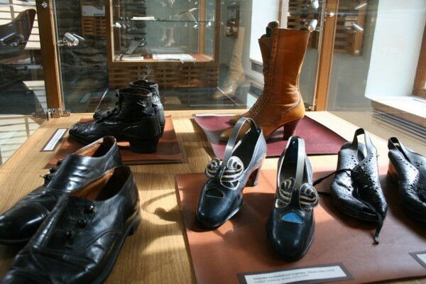 Ukážky z výstavy obuvníctva a čižmárstva.