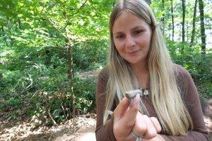 Študentka drží hlinenú plastiku zvieraťa nájdenú na Bakovej Jame.