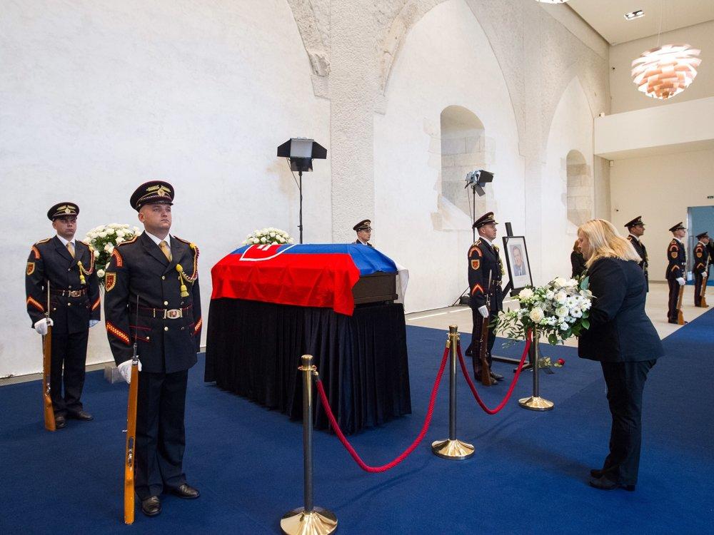 Príslušníci čestnej stráže stoja pri rakve s telesnými pozostatkami exprezidenta.