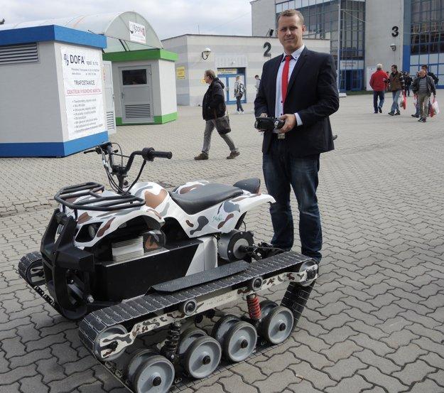 Pavol Mikuš s pásovým vozidlom.
