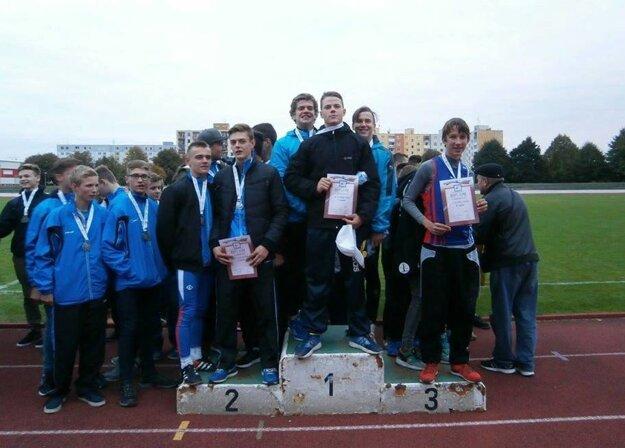 Dekorácia medailistov v súťaži chlapcov.