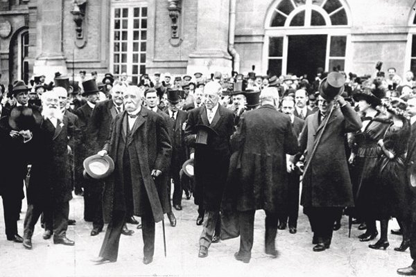 Výsledkom parížskej mierovej konferencie bola dohoda podpísaná v neďaleko Versailles. Jej podmienky boli pre Nemecko veľmi tvrdé.