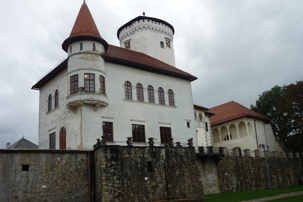 Pohľad na Budatínsky hrad od Váhu.
