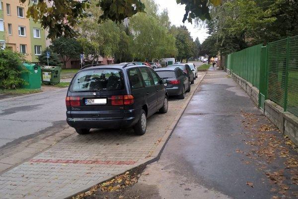 Parkovisko pred škôlkou je hotové