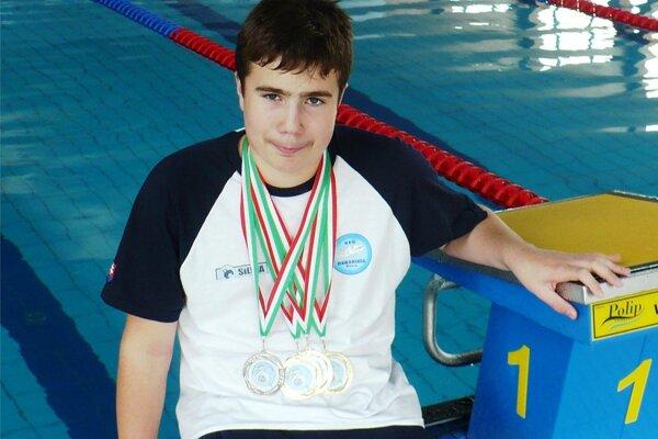 Jakub Petrák získal v Kečkeméte tri zlaté a jednu striebornú medailu.