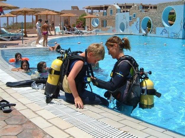Potápanie si môžu vyskúšať aj deti, v Egypte pod dozorom inštruktorov.