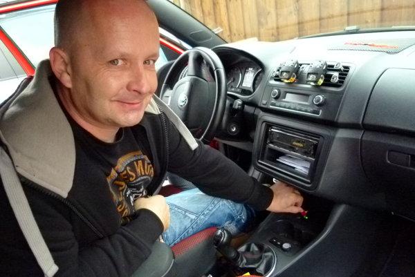 Do áut autoškôl treba nainštalovať GPS.