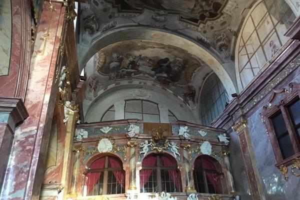 Na vynovenom chóre je už pripravené miesto pre organ.