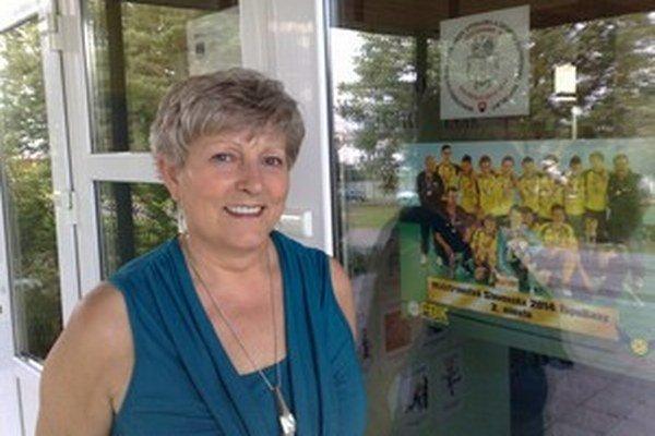 Valéria Kocúrová hrdo ukazuje žiakov.