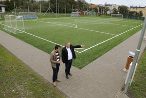 Vpravo starosta obce Jaroslav Dujava, vľavo zástupca starostu Slavomír Karabinoš na novom ihrisku.