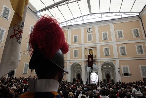 Na zábere z roku 2011 pápež Benedikt XVI. na nádvorí letnej rezidencie žehná pútnikom.