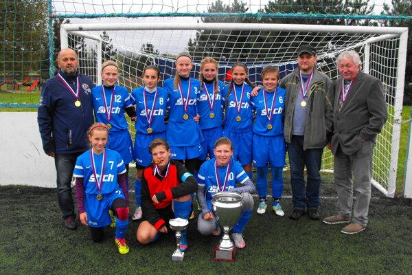 Humenské družstvo s medailami aj víťazným pohárom.