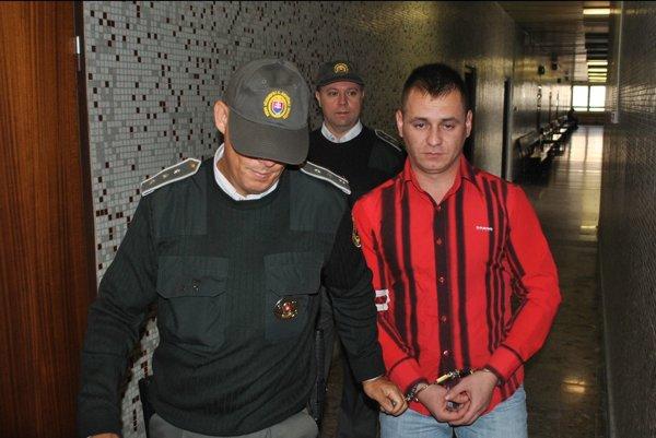 Michal s eskortou. Odviedla ho do výkonu trestu.