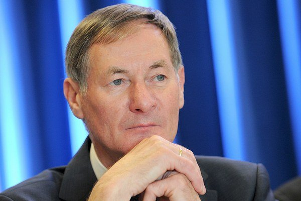 Pavol Hrušovský sa vzdal funkcie po fiasku v prezidentských voľbách, keď získal v prvom kole 3,3 percentnú podporu voličov.