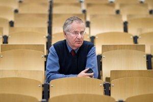 Pavol Holländer sa narodil v Lučenci v roku 1953. Od roku 1993 do roku 2013 bol sudcom českého Ústavného súdu, od roku 2003 jeho podpredsedom. Do roku 1989 bol v komunistickej strane, čo viackrát označil ako svoje zlyhanie. Jeho starých rodičov za