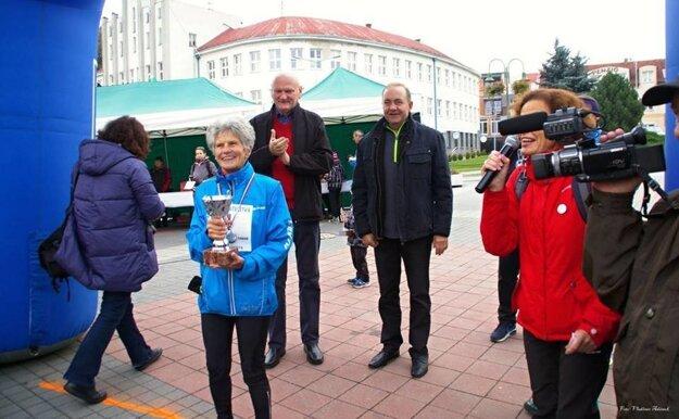 Najstaršia účastníčka behu 82-ročná Mária Marcibálová. Za ňou prezident Toruňa Michal Zaleski a primátor Čadce Milan Gura.