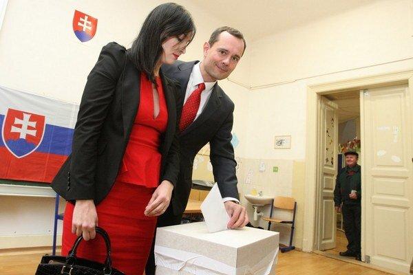 Manželku si Rado Procházka zobral do inzercie, do volebnej miestnosti aj do volebného štábu.
