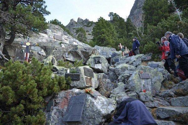 Symbolický cintorín. V tomto roku pribudlo desať tabuliek s menami trinástich obetí.