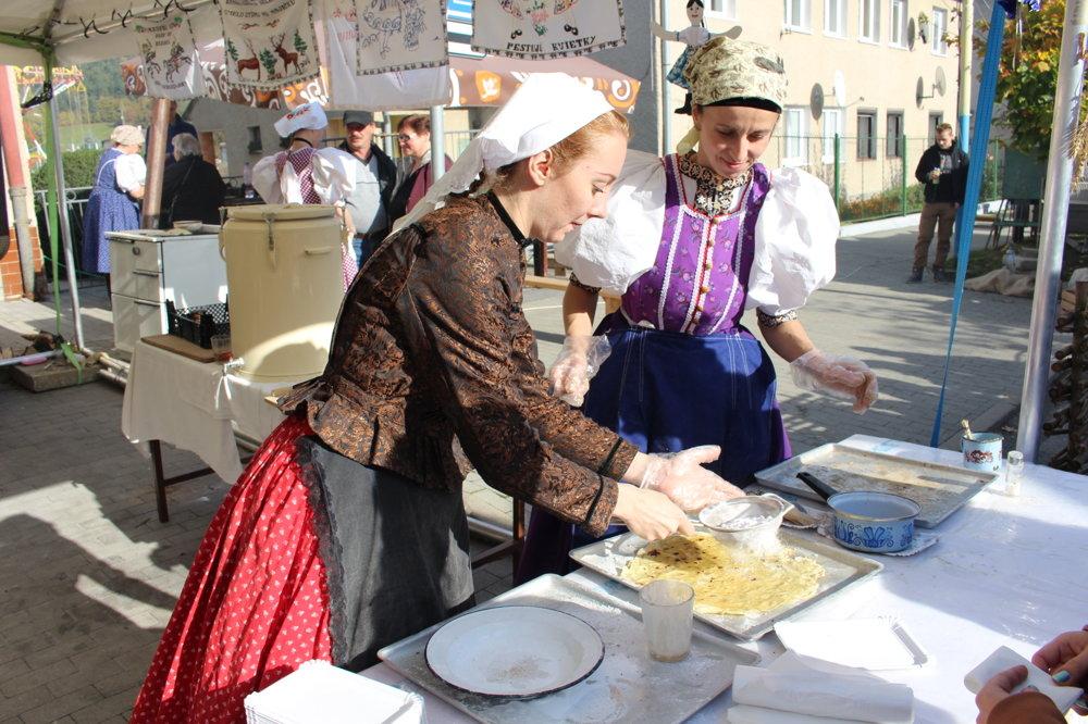 Margeciansky gruľovník. Staré mamy vedeli aj z mála vyčariť chutné jedlo. Napríklad taký gruľovník. Stačí uvariť a poriadne popučiť zemiaky, pridať k nim hladkú múku, štipku soli a vypracovať cesto. To treba rozdeliť na malé bochníky, rozvaľkať ich a upiecť. Kedysi to gazdiné robievali priamo na sporákovej platni, dnes poslúži aj panvica bez masti. Upečený gruľovník na záver potriete roztopeným maslom, posypete práškovým cukrom a budete sa oblizovať.