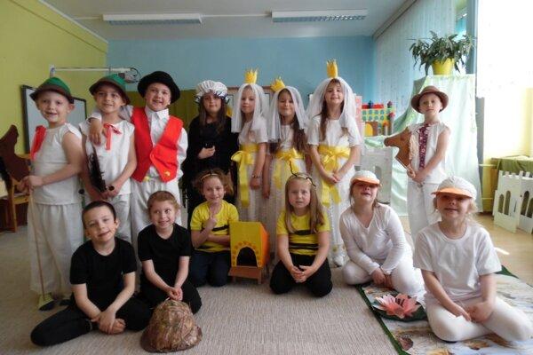 Škôlkari zahrali rakúsku rozprávku Cesta za nevestou.