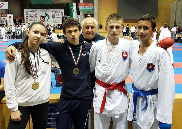 """Traja """"farmexáci"""" v Budapešti na snímke s trénerom reprezentácie Jozefom Semaníkom."""