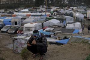 Utečenec v tábore, ktorý prezývajú Džungľa, predtým, ako ho zbúrali.