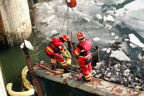 Záchranári pri odstraňovaní ropných produktov z Dunaja.