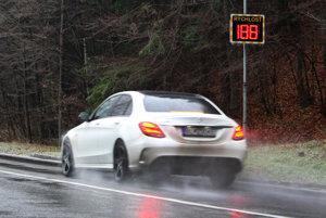 Táto fotografia ilustruje schopnosti Mercedesu C450 AMG. V skutočnosti sa len radar pod Šturcom neustále reštartoval a ukazoval nezmyselné údaje.
