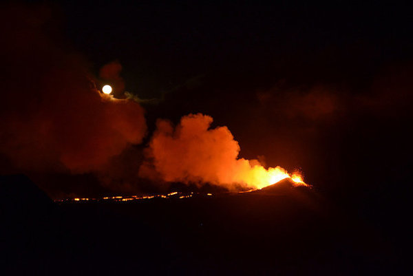 Sopka Piton de la Fournaise na Reunione sa prebudila k životu.