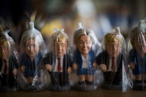 Figúrky Donalda Trumpa a Hillary Clintonovej v španielskej manufaktúre
