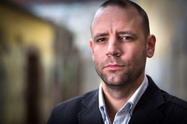 Radovan Choleva (1984) vyštudoval politológiu na Univerzite Komenského v Bratislave. Ako novinár pôsobil v TASR a TA3, neskôr od roku 2008 ako vedúci tlačového oddelenia bratislavskej župy u Pavla Freša, potom bol komunikačným poradcom starostky S