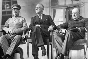 Josif  Stalin, Franklin D. Roosevelt, a Winston Churchill na konferencii v Teheráne v roku 1943.