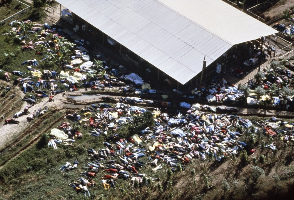 Mŕtve telá členov sekty Chrám ľudu ležiace v okolí spoločenského domu v Jonestowne, 19. novembra 1978.