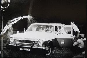 Nakrúcanie dažďovej scény v televíznom aute.