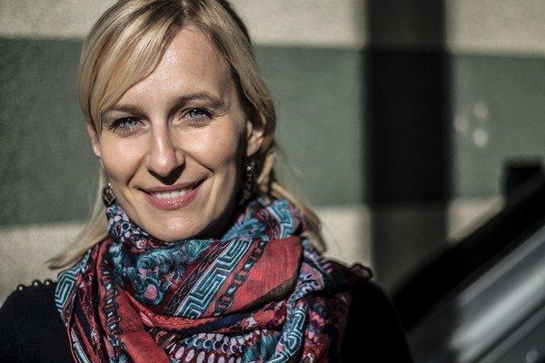 Alžbeta Mračková (1979) je koordinátorkou programu a štatutárkou dobrovoľníckej skupiny Vŕba. Vyštudovala sociológiu na Filozofickej fakulte UK v Bratislave. V skupine Vŕba na pôde Onkologického ústavu sv. Alžbety v Bratislave pôsobí od roku 2002. Od roku