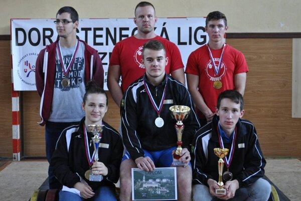 Horný rad zľava Dominik Chovanec, Ondrej Kružel a Vladimír Škapec, dolný rad zľava Eliška Fernezova, Tomáš Romaňák a Jakub Čiernik.