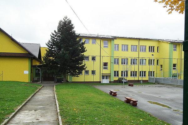 Škola je napojená na septik. Obec k nej musí postaviť čistiareň odpadových vôd.