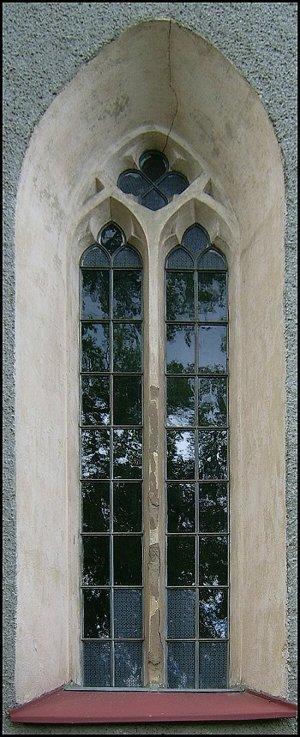 Na južnej strane svätyne sa zachovalo gotické okno.