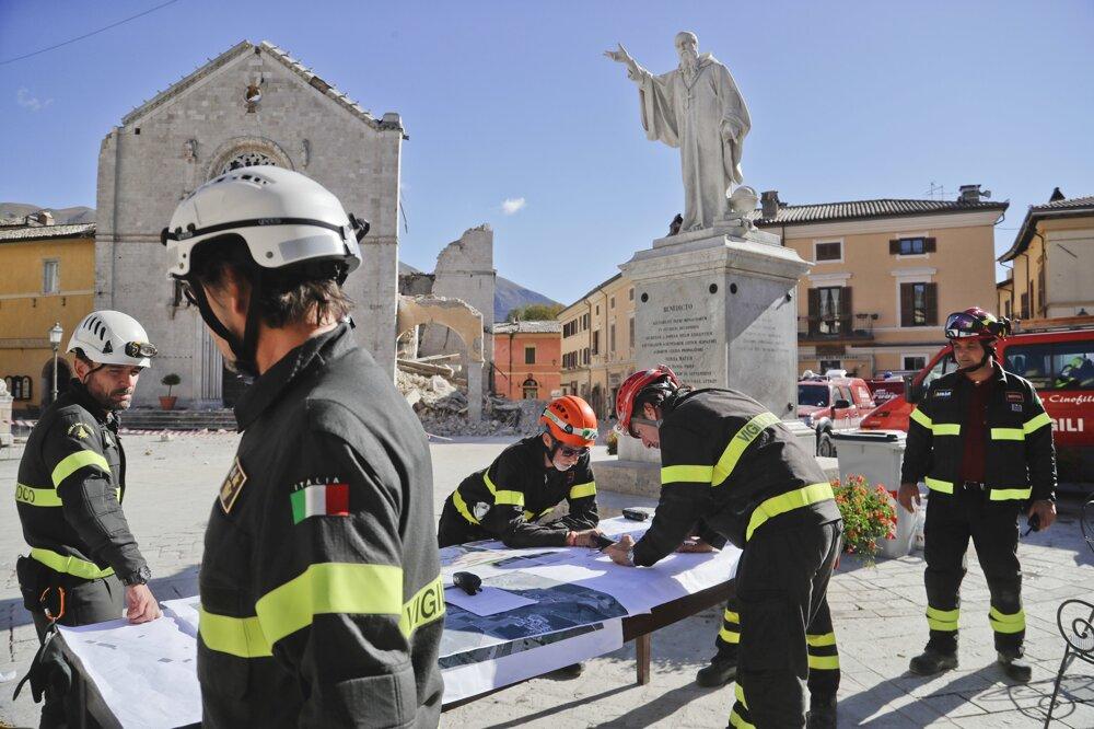 Talianski hasiči si rozdeľujú úlohy.