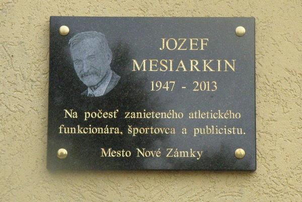 Pamätná tabuľa sportrétom Jozefa Mesiarkina, ktorá sa nachádza vareáli AC na Sihoti.
