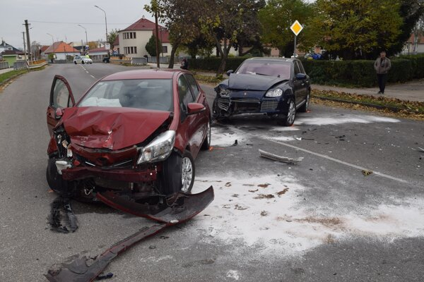 Na vozidlách vznikla pri nehode škoda za asi osem tisíc eur.