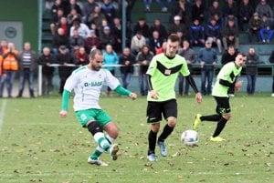 Duel sa hral pred peknou návštevou 400 divákov. Jediný gól dal N. Charizopulos (vľavo).