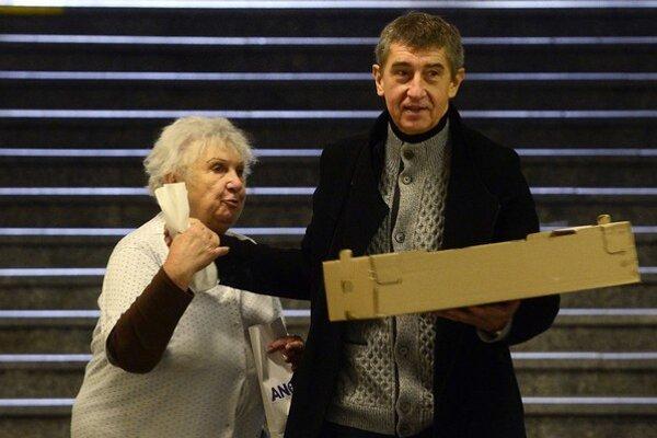 Andrej Babiš  sa chcel priblížiť ľuďom – počas svojej predvolebnej kampane so stranou ANO 2011 v centre Prahy rozdával šišky.