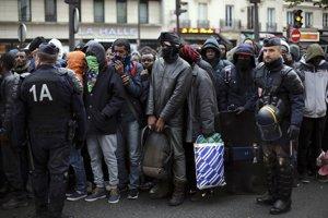 Migranti v uliciach Paríža.