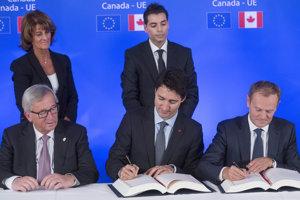 Zľava predseda Európskej komisie Jean-Claude Juncker, kanadský premiér Justin Trudeau a predseda Európskej rady Donald Tusk počas podpisu obchodnej dohody CETA 30. októbra 2016 v Bruseli.