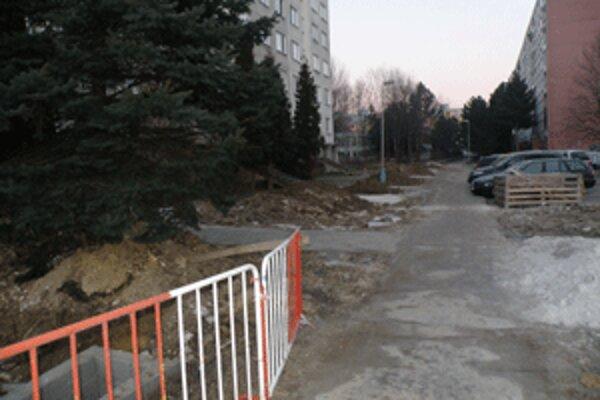 Popri niektorých chodníkoch sú stále kopy zeminy. Obnova tepelných rozvodov ešte nebola dokončená.
