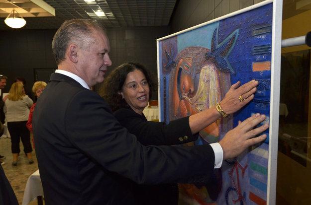 Andrej Kiska (vľavo) prezerá obraz pre nevidiacich od brazílskeho maliara Sarra.