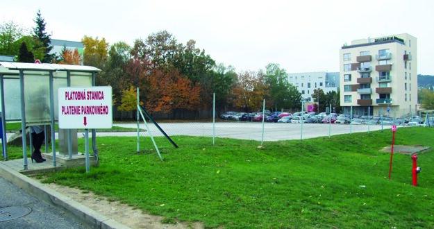 Na asfaltovej ploche dnes počas dňa pristávajú vrtuľníky. V budúcnosti tu zrejme spravia parkovisko.